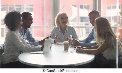 professionnels, rassemblé, moderne, matin, salle réunion, divers, briefing