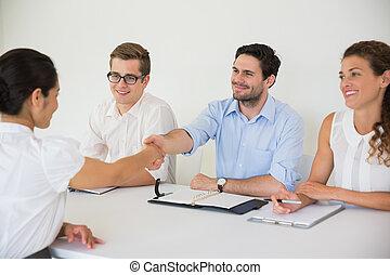 professionnels, serrer main, dans, bureau