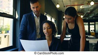 professionnels, sur, 4k, bureau, document, discuter