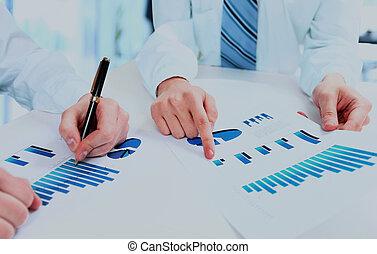 professionnels, travail équipe, groupe, pendant, conférence, rapport, discuter, financier, diagram.