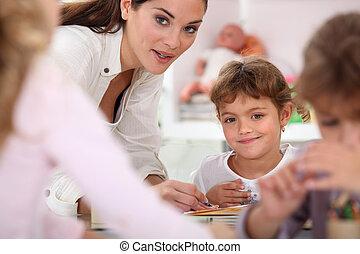 professor, ajudando, crianças, classe