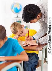 professor, ajudando, jovem, estudante escola primária