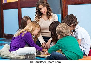 professor, e, estudantes, livro leitura, em, pré-escolar