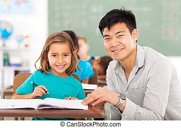 professor escola primária, ajudando, estudante, em, sala aula