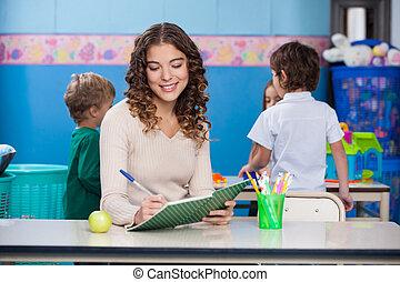 professor, escrevendo livro, com, crianças, em, fundo