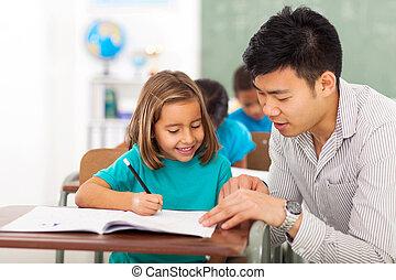 professor pré-escolar, ajudando, menininha, com, classe, trabalho