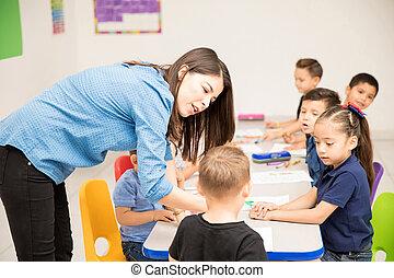 professor pré-escolar, com, algum, de, dela, estudantes