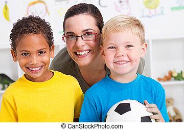 professor pré-escolar, e, dois meninos