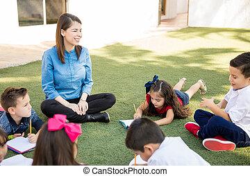 professor pré-escolar, levando, estudantes, exterior