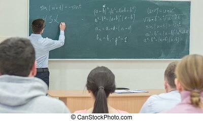 professor, schrijvende , op, de, chalkboard.