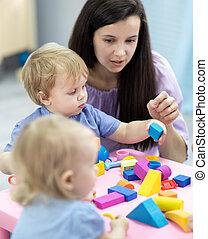 professor, toddlers, cor, tocando, blocos