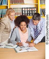 professores, ajudar, estudante, em, faculdade, biblioteca