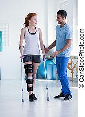 profi, physiotherapist, kibír törődik of, sportoló nő, közben, rehabilitáció