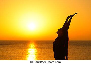 profil, femme, bras, plage coucher soleil, élévation, heureux