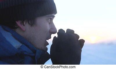 profil, homme, adulte, caucasien, figure, debout, vêtements, glacial, frottement, hiver, mains, dehors, beau