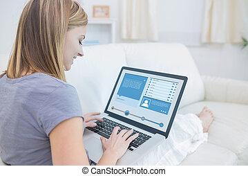 profil, kobieta posiedzenie, kontrola, media, leżanka, towarzyski