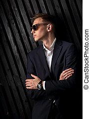 profil, lunettes, studio, business, bois, closeup, bras pliés, montres, main, arrière-plan., mode, poser, complet, branché, portrait, homme, noir