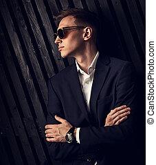 profil, modifié tonalité, lunettes, studio, business, closeup, bras pliés, montres, main, arrière-plan., mode, poser, complet, branché, portrait, homme, noir