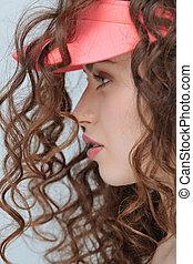 profil, porträt, von, schöne , junger, hüfthose, frau, in, rosa, kappe, freigestellt, auf, grau