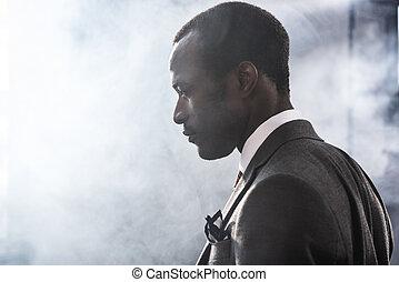 profil, portret, od, zaufany, afrykańska amerikanka, biznesmen, w, garnitur, przeglądnięcie precz