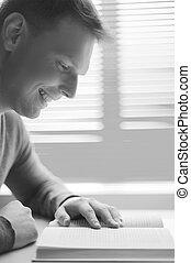 profil, séance, jeune, reading., noir, table, blanc, homme, vue côté