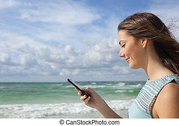 profil, telefon, używając, dziewczyna, plaża, mądry