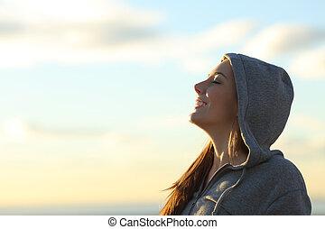 profil, von, a, glücklich, jugendlich, atmen, frische luft, strand