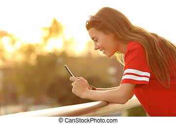 profilo, di, uno, adolescente, presa a terra, uno, far male, telefono, in, uno, balcone
