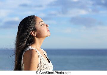 profilo, di, uno, bello, arabo, donna, respirazione, aira di rinnovo, in, il, spiaggia