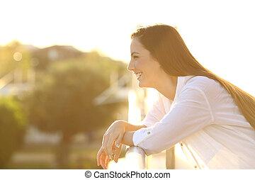 profilo, di, uno, donna felice, osservare via, in, uno, balcone