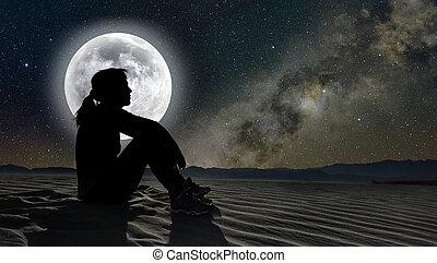 profilo, di, uno, donna sedendo, su, sabbia, in, il, chiaro di luna