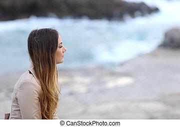 profilo, di, uno, malinconico, donna, spiaggia, in, inverno