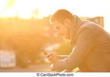profilo, di, uno, uomo, usando, uno, far male, telefono, in, inverno