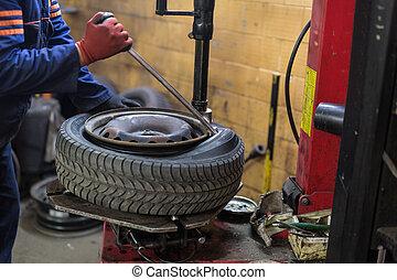 profissional, auto mecânico, substituindo, pneu, ligado,...