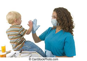 profissional cuidado saúde, dá, toddler, um, alto cinco, após, nomeação