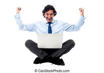 profissional, laptop, excitado, jovem