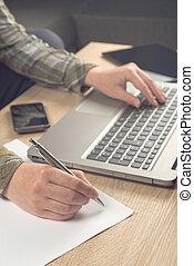 programista, pisanie wynotowuje, na, papier