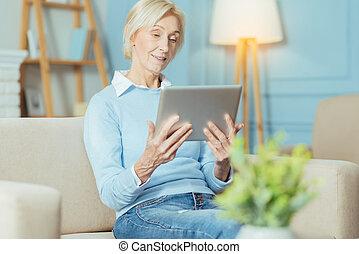 progressief, oude vrouw, het schouwen een video, terwijl, kijken naar, de, tablet