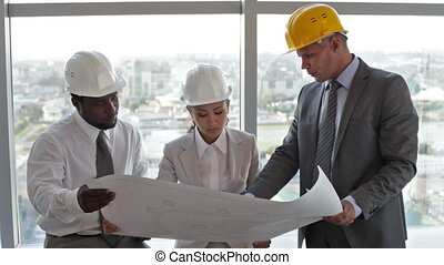 Project discussion - Contractor discussing the project with ...