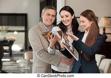 projection, commis, deux âges, ventes, collection, gai, quoique, choisir, catalogue, store., meubles, couple, magasin, heureux