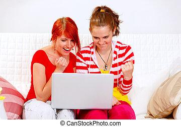projection, deux, petites amies, portables, utilisation, oui, geste, heureux