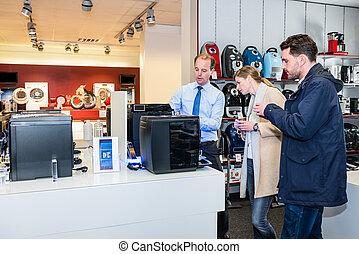 projection, fabricant espresso, vendeur, couple, magasin
