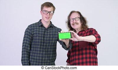 projection, jeune, ensemble, téléphone, hipster, homme aîné, heureux