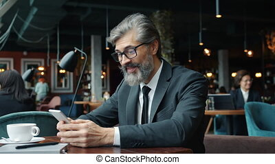 projection, obtenir, cafe., homme affaires, pouces-vers haut...