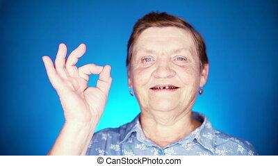 projection, regarder, arrière-plan., signe, appareil photo, portrait, sourire, bleu, geste, -, caucasien, femme, ok, grand-mère, approval., vieilli, beau