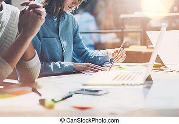 project.young, asztal, munka, számítógép, ügy, dolgozó, modern, studio.sales, presentation.blurred, új, effect.horizontal., menedzser, erdő, gondolat, coworkers, befog, startup.laptop, legénység