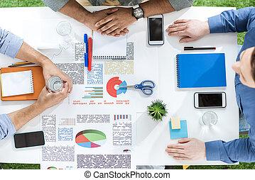 projet, concept, business, séance, table, jeune, aérien, hommes affaires, papiers, nouveau, collaboration, discuter, vue