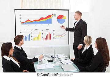 projet, homme affaires, collègues, expliquer