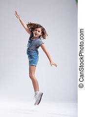prolongé, bras, jeune, sauter, girl, air