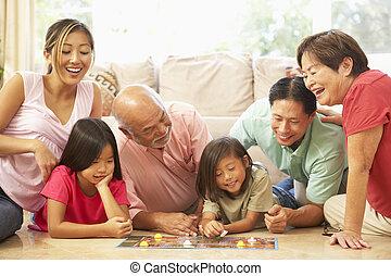 prolongé, groupe, famille, panneau jeu, maison, jouer